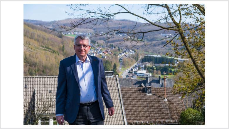 Michael Conrad von der Freusburg aus mit Blick auf den gleichnamigen Kirchener Ortsteil.
