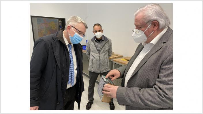 Foto zeigt Michael Conrad - Bürgermeisterkandidat für Kirchen und Hermann Eichhorn, Geschäftsführer der Fa. IMD Europe in Kirchen, Molzberg.